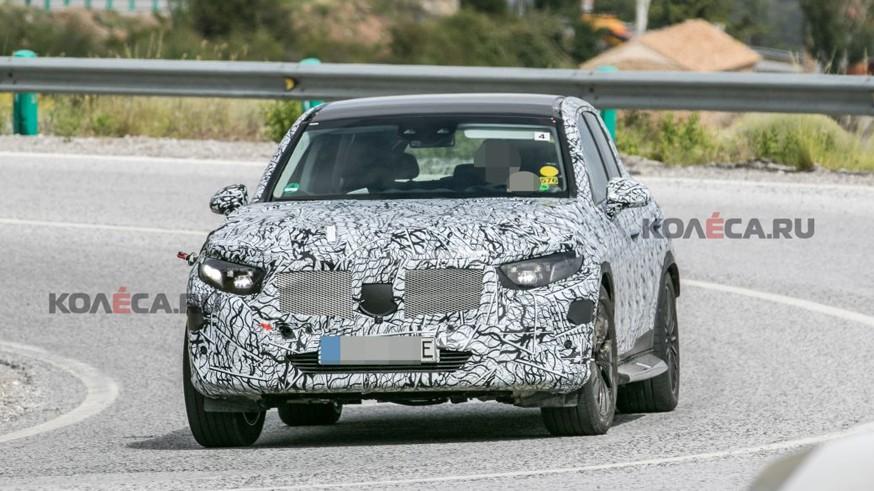 Mercedes-Benz тестирует новый подключаемый гибрид GLC: кроссовер проехался на камеру