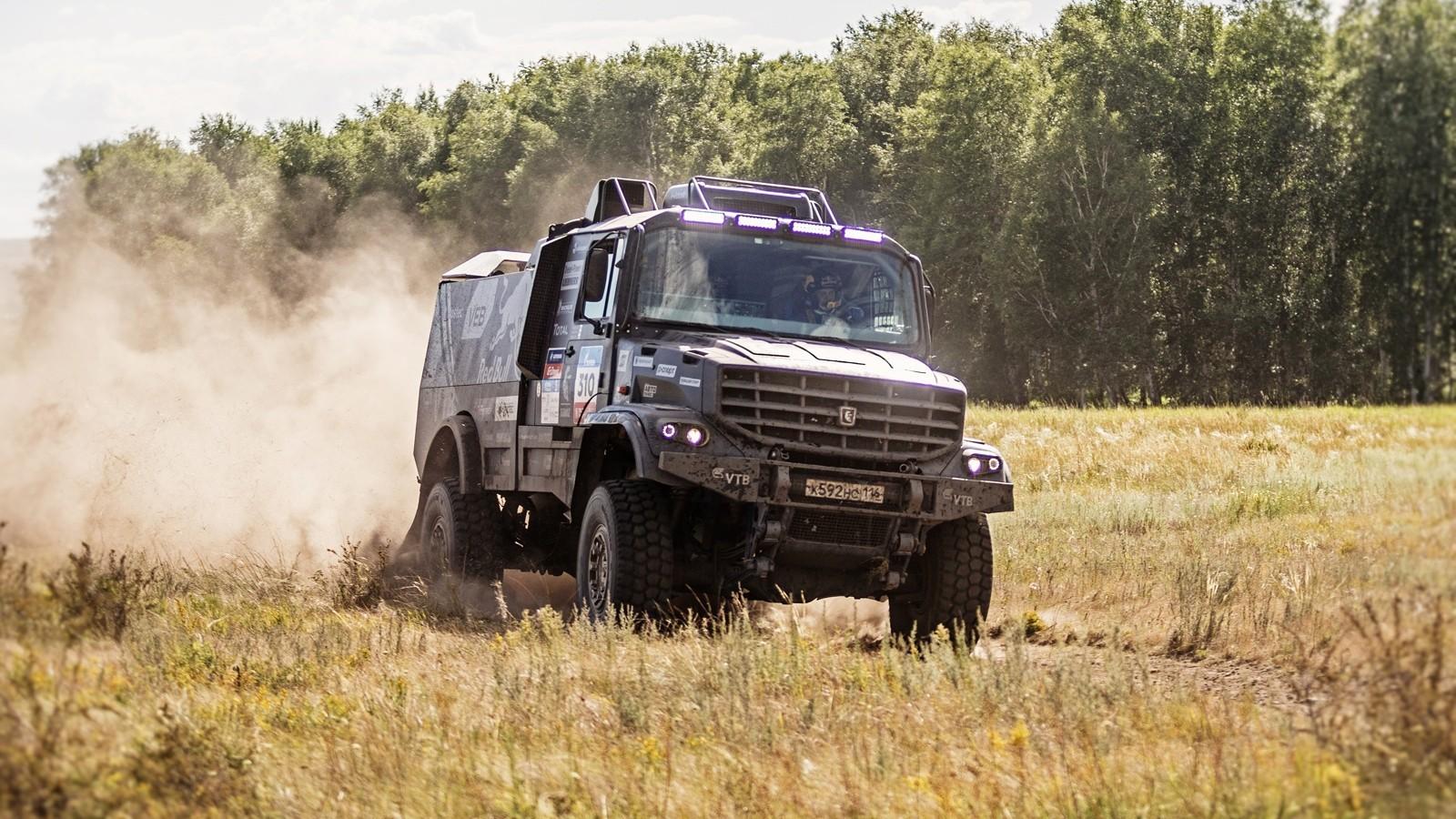 Эдуард Николаев, выступающий на новейшем капотном «КАМАЗе», занимает третье место в зачёте грузовиков