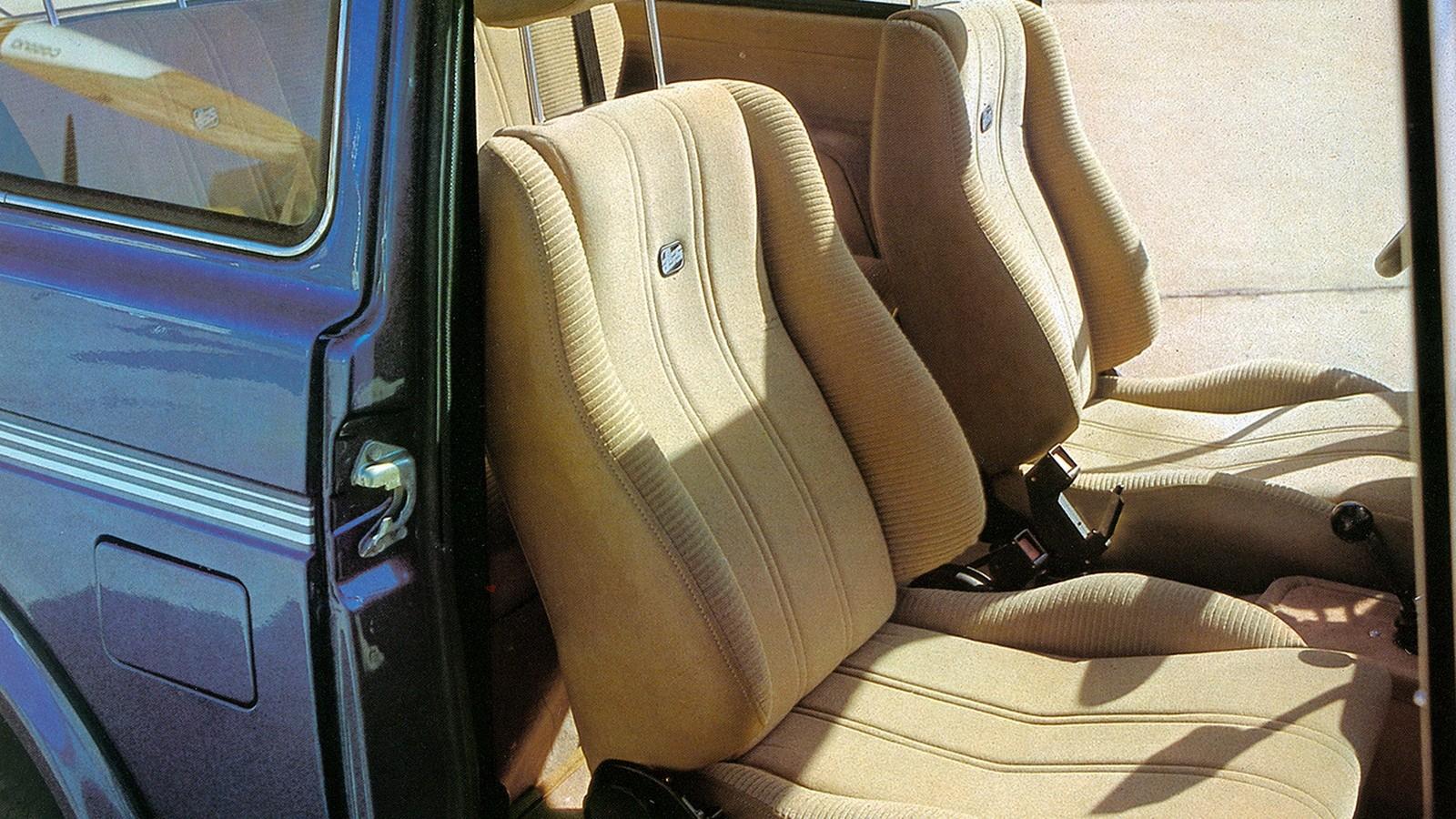 Как и на Запорожцах, для доступа на заднее сидение требовалось откинуть спинку переднего кресла. Однако на комфорте водителя и пассажира это не сказывалось