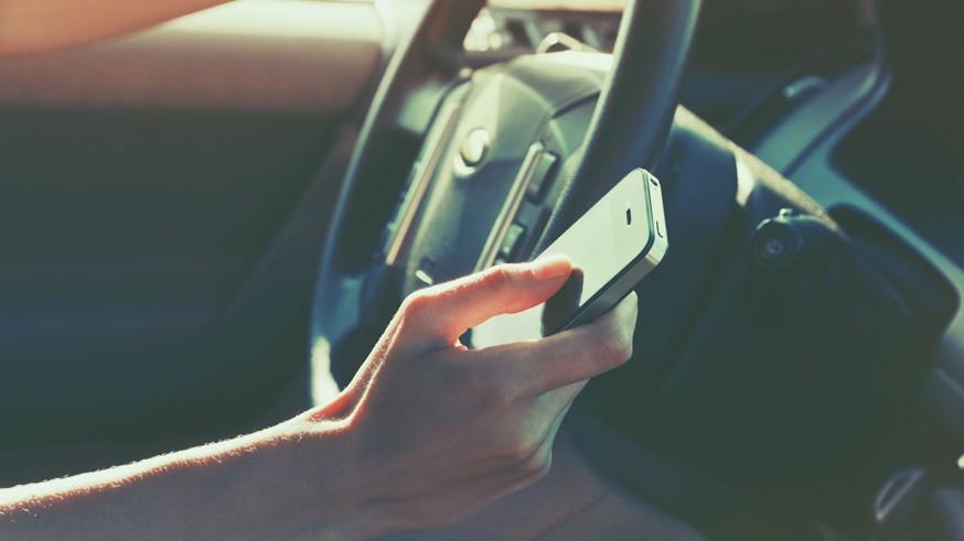 Руки на руль: стало известно, как водителей накажут за использование телефона во время езды