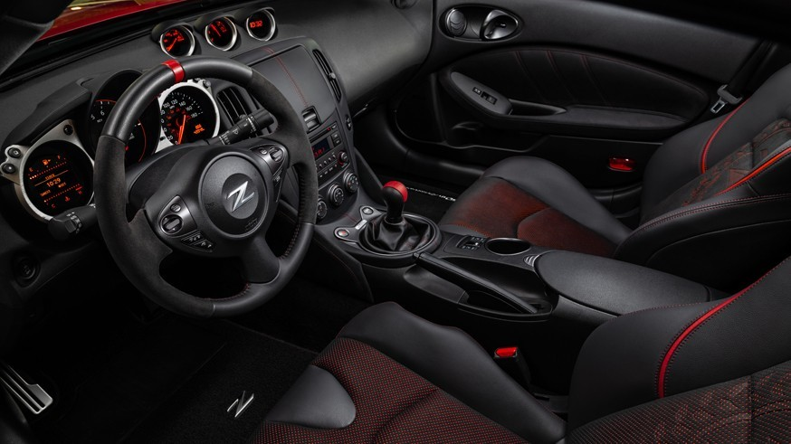 Nissan готовится к дебюту спорткара Z: переработанный логотип и механическая коробка передач