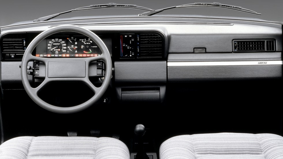 «Высокая» панель приборов в то время был модным трендом. На фото – интерьер Fiat Regata