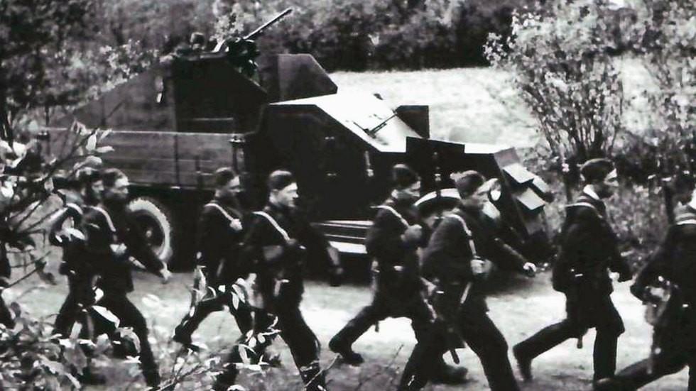Полубронированный ЗИС-5 из Колпино с пулеметом и пушкой в кузове (кинокадр)