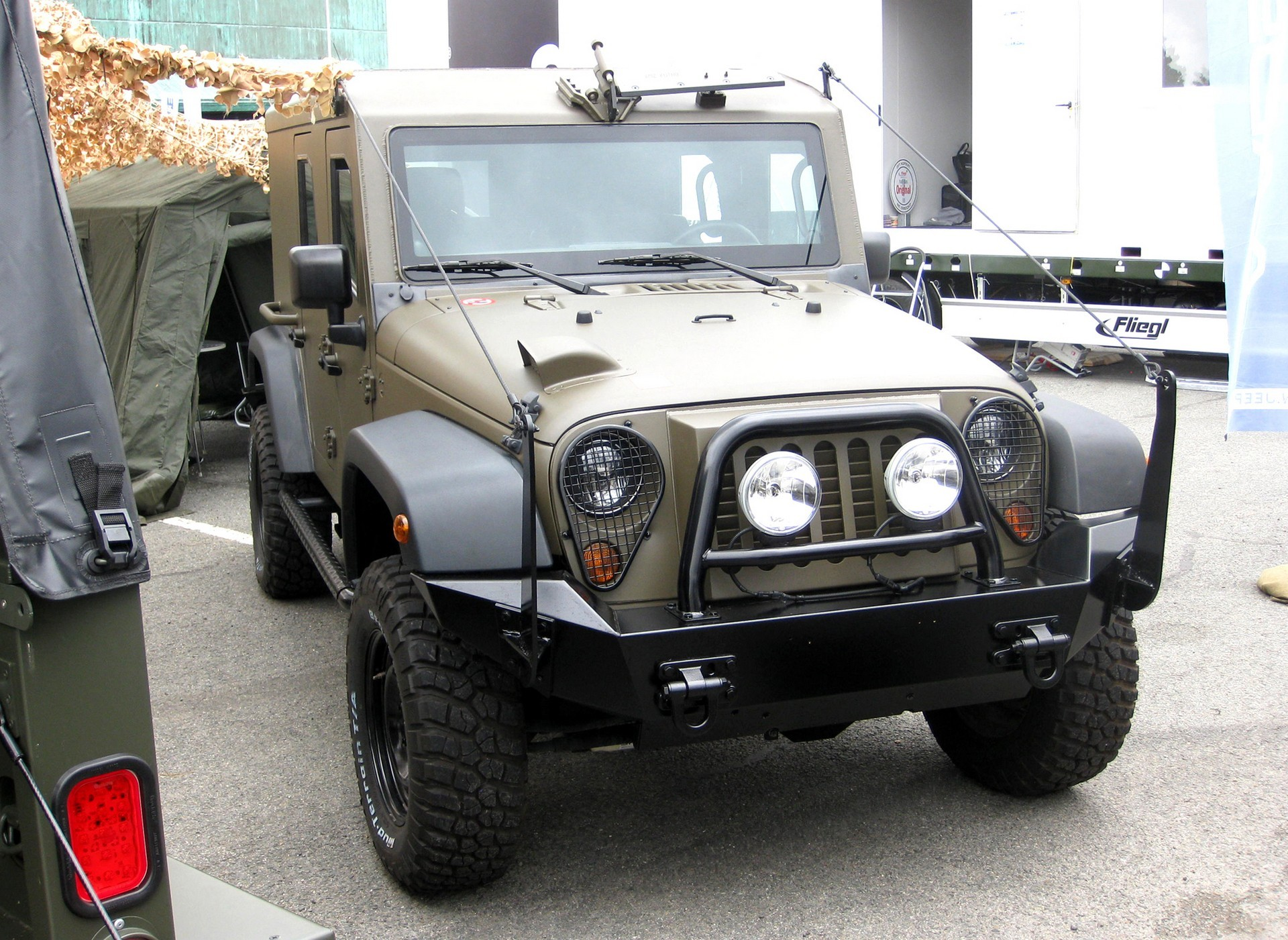 Короткобазный 4-местный вариант Jeep J8 с бронированным корпусом