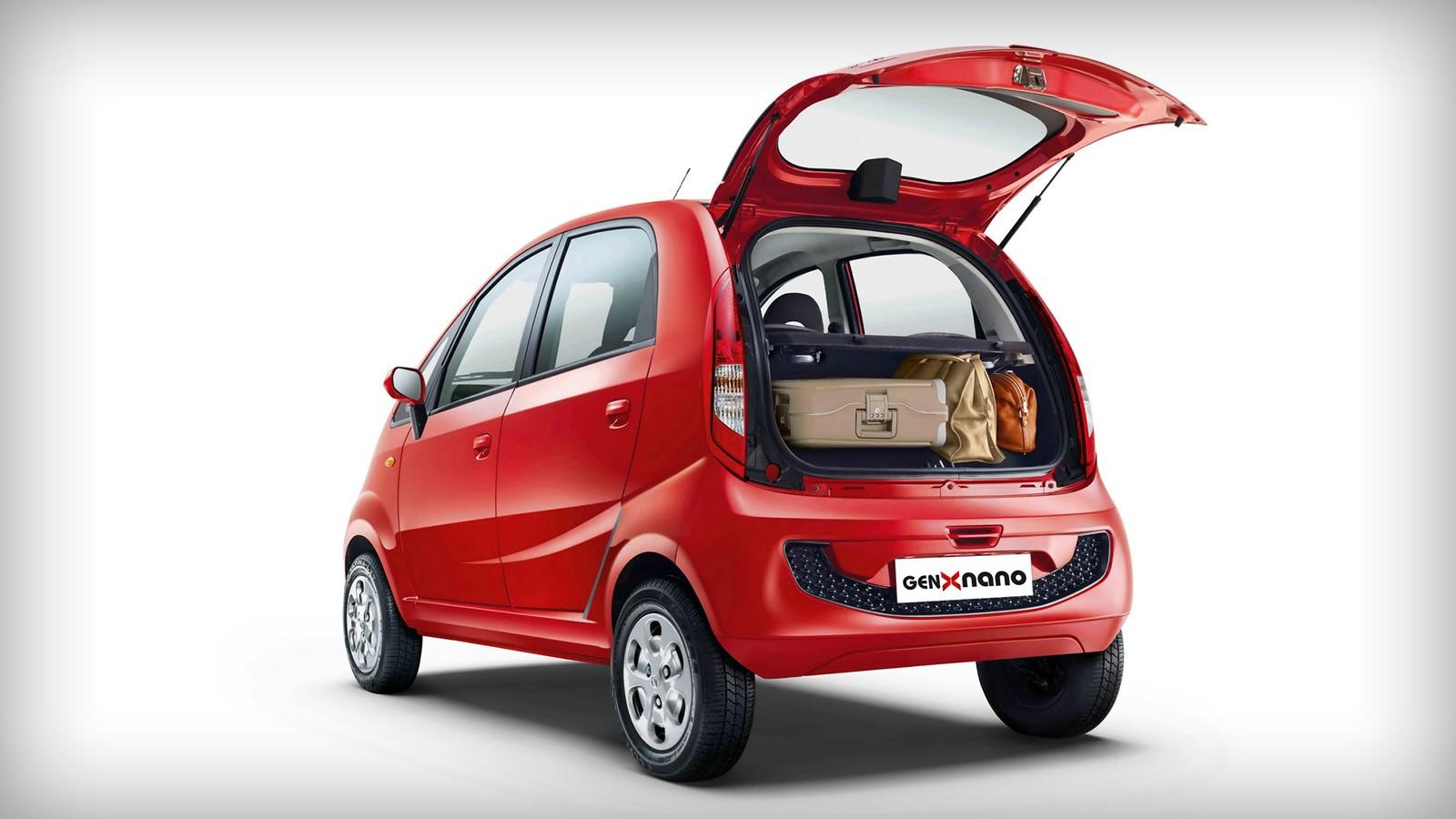 Дверь багажника у Tata Nano появилась только в 2015 году, до этого доступ к багажнику осуществлялся исключительно через салон