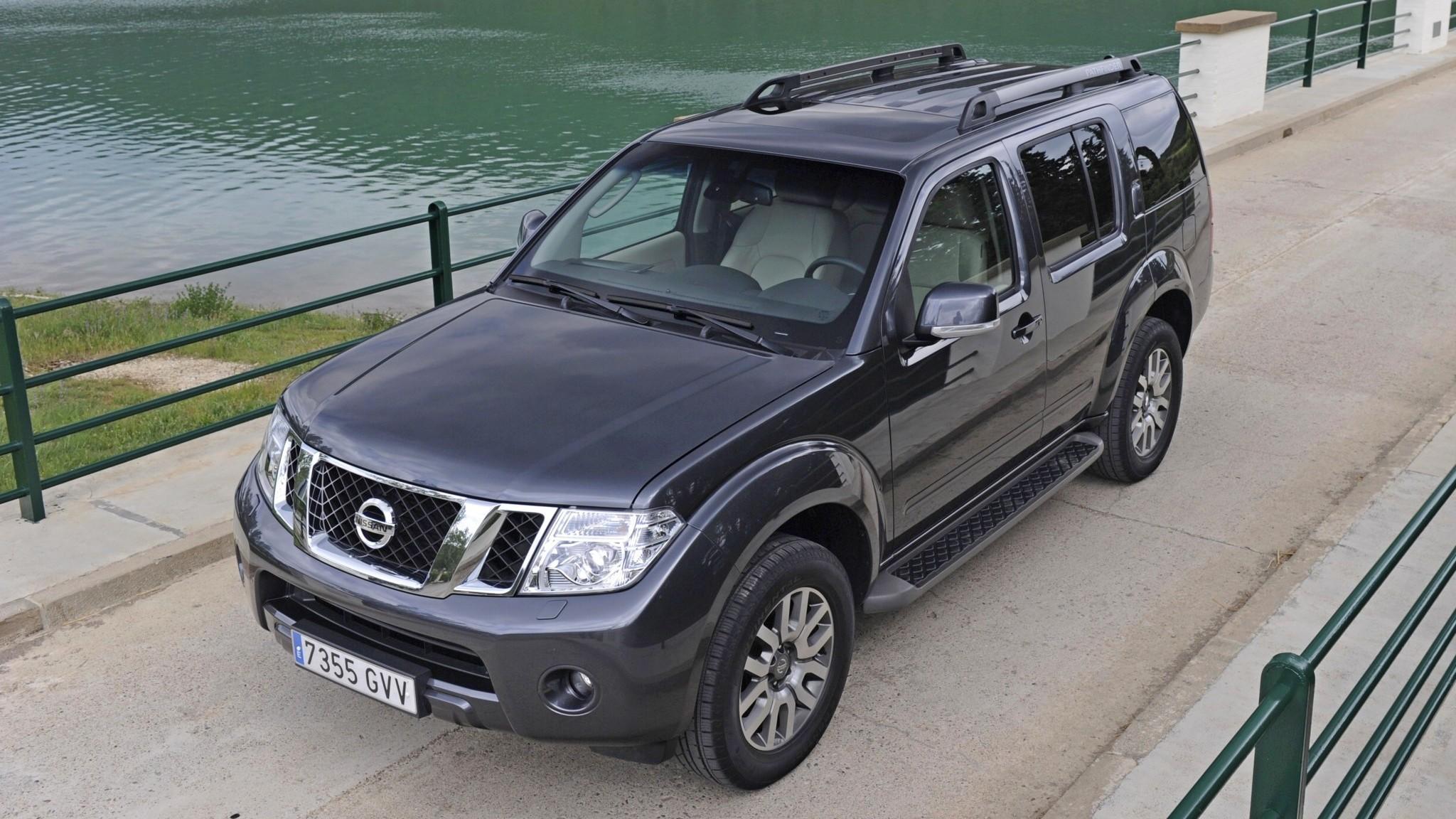 Nissan Pathfinder на мосту