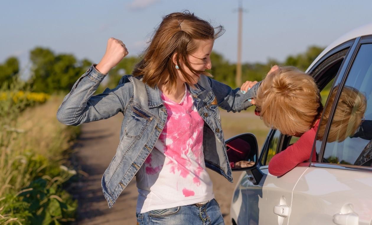 Драка девушек на дороге. Фото depositphotos.com