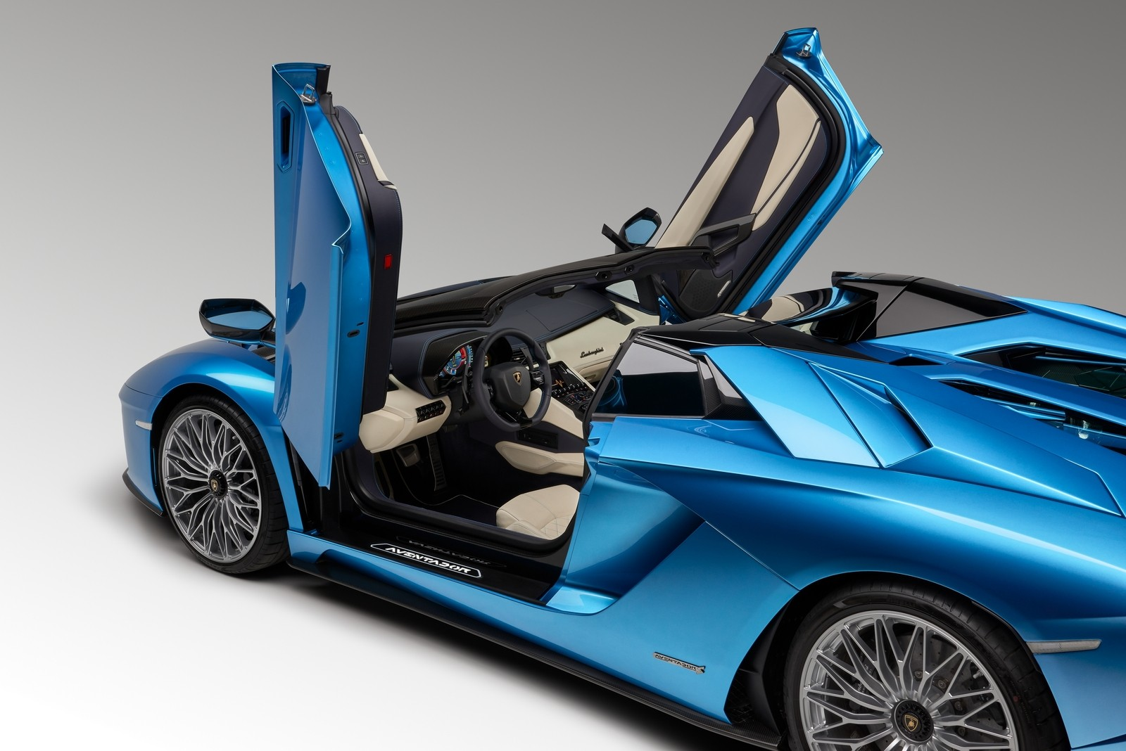 Отпустил газ – заглох: в России отзывают суперкары Lamborghini Aventador
