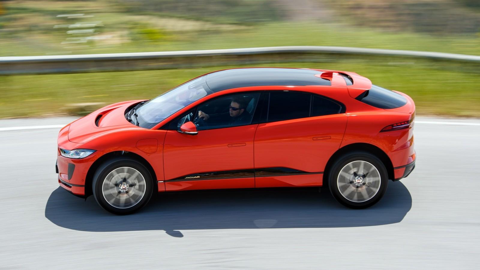 Jaguar I-PACE красный сбоку