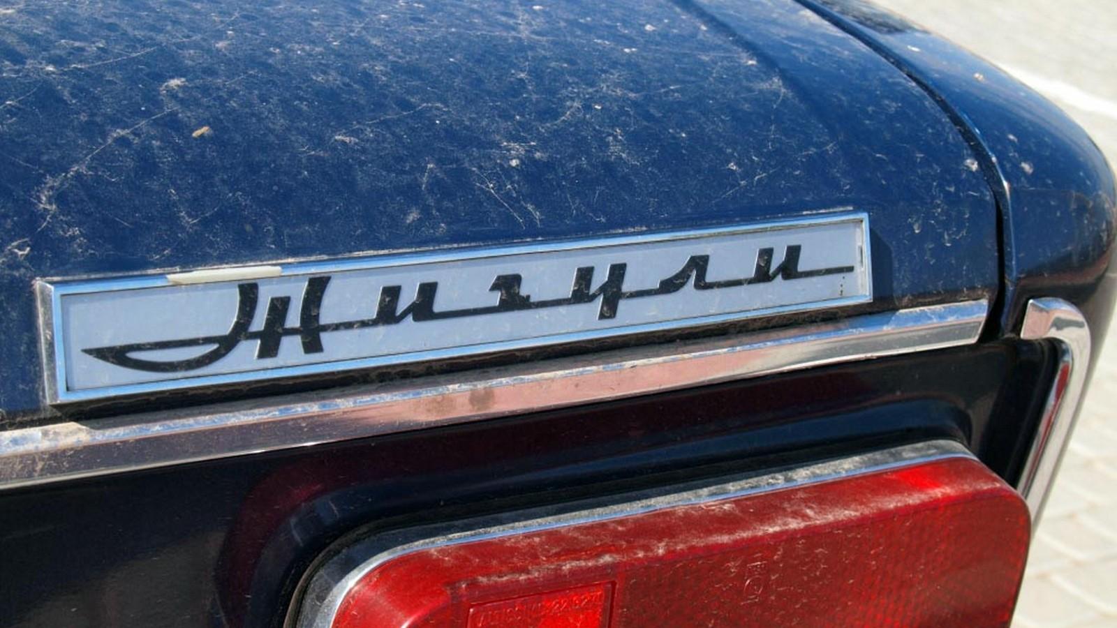 Отличительная особенность ранних «трёшек» — белый шильдик с надписью Жигули