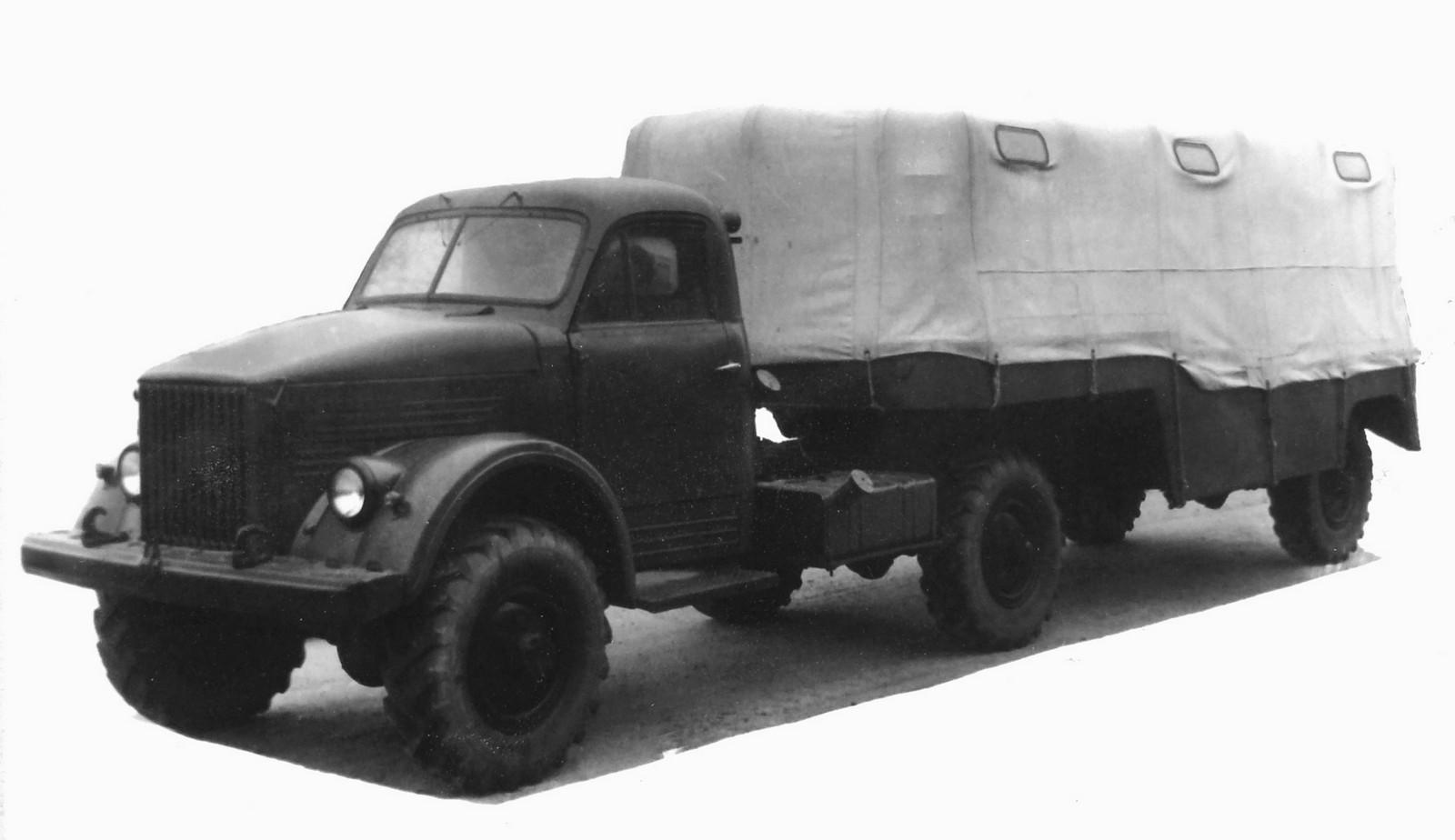 Седельный тягач ГАЗ-63Д с активным четырехтонным полуприцепом ГАЗ-745 (из архива НИИЦ АТ)
