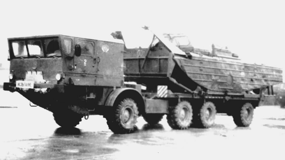 Спецшасси БАЗ-135МБЛ с буксирно-моторным катером БМК-225 (из архива 21 НИИЦ)