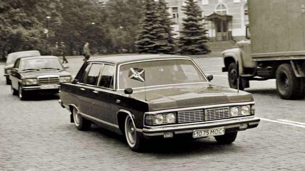 Возглавляя кортеж: Чайка с флагом Бурунди на улицах Москвы. Позади неё – Mercedes W123 и ГАЗ-3102
