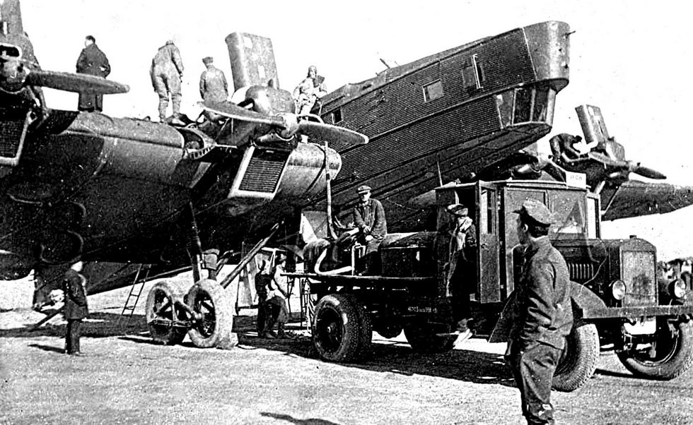 Аэродромная цистерна на шасси ЯГ-6 при заправке бомбардировщика ТБ-3M