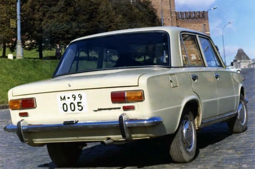 «Копейку» сзади легко опознать по клыкам и катафотам под задними фонарями. Обратите внимание – на ранних ВАЗ-2101 не было брызговиков и фонаря заднего хода!