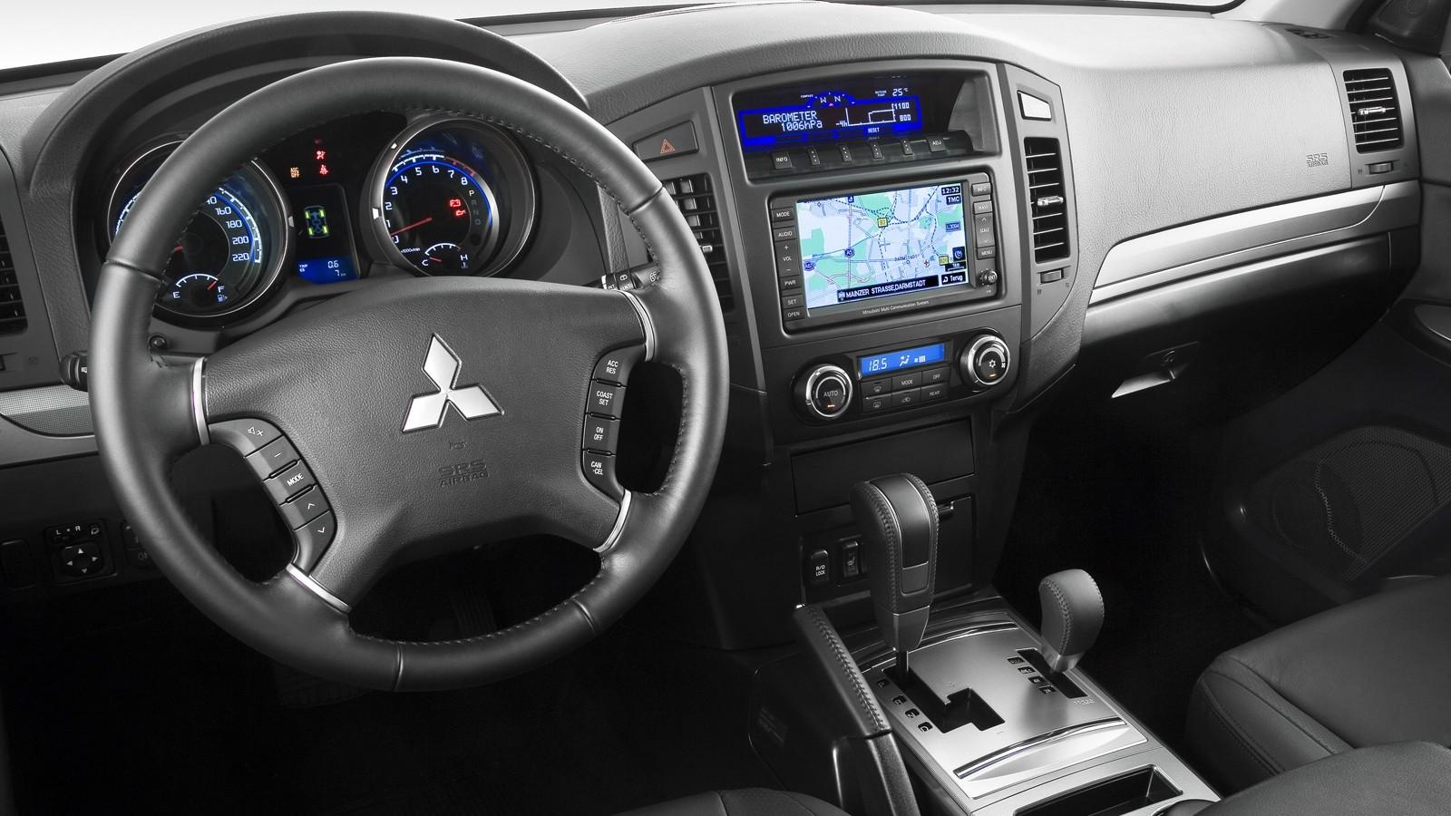 На фото: интерьер Mitsubishi Pajero IV