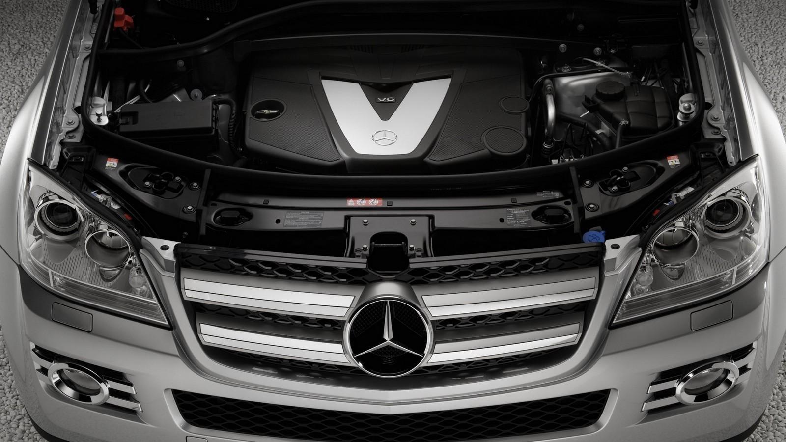 На фото: Под капотом Mercedes-Benz GL 320 CDI (X164) '2006–09 OM642