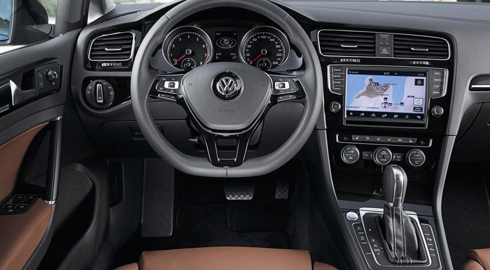 На фото: салон дорестайлингового Volkswagen Golf