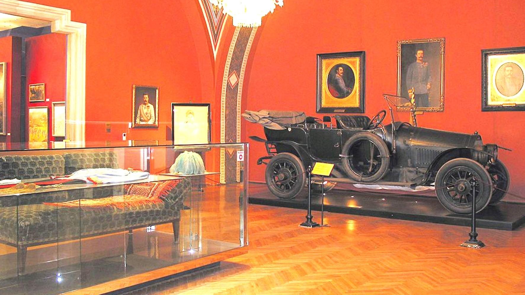 Автомобиль Gräf und Stift соседствует с кушеткой, на которую уложили убитого эрцгерцога