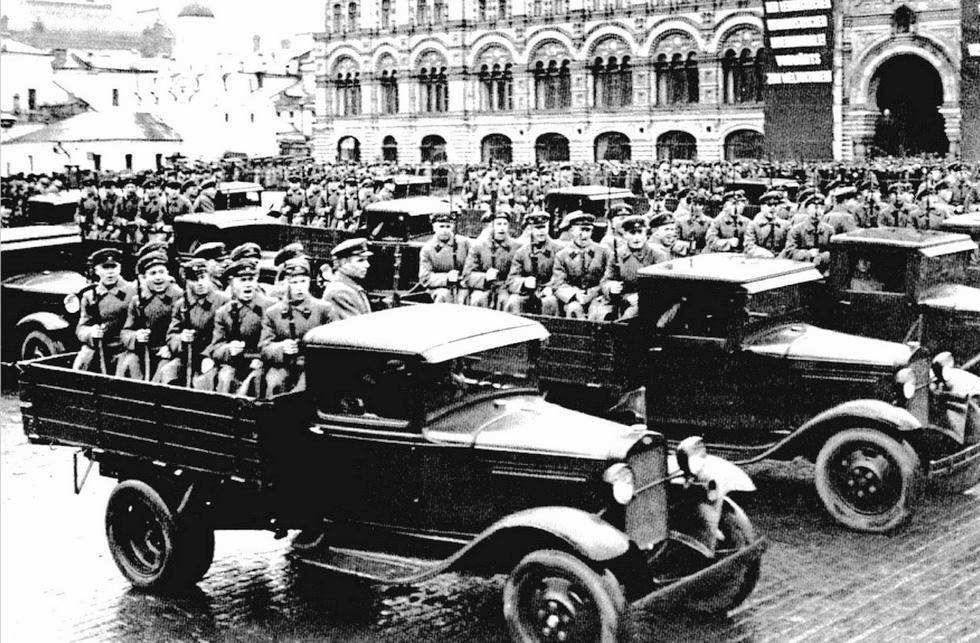 На параде грузовики ГАЗ-АА