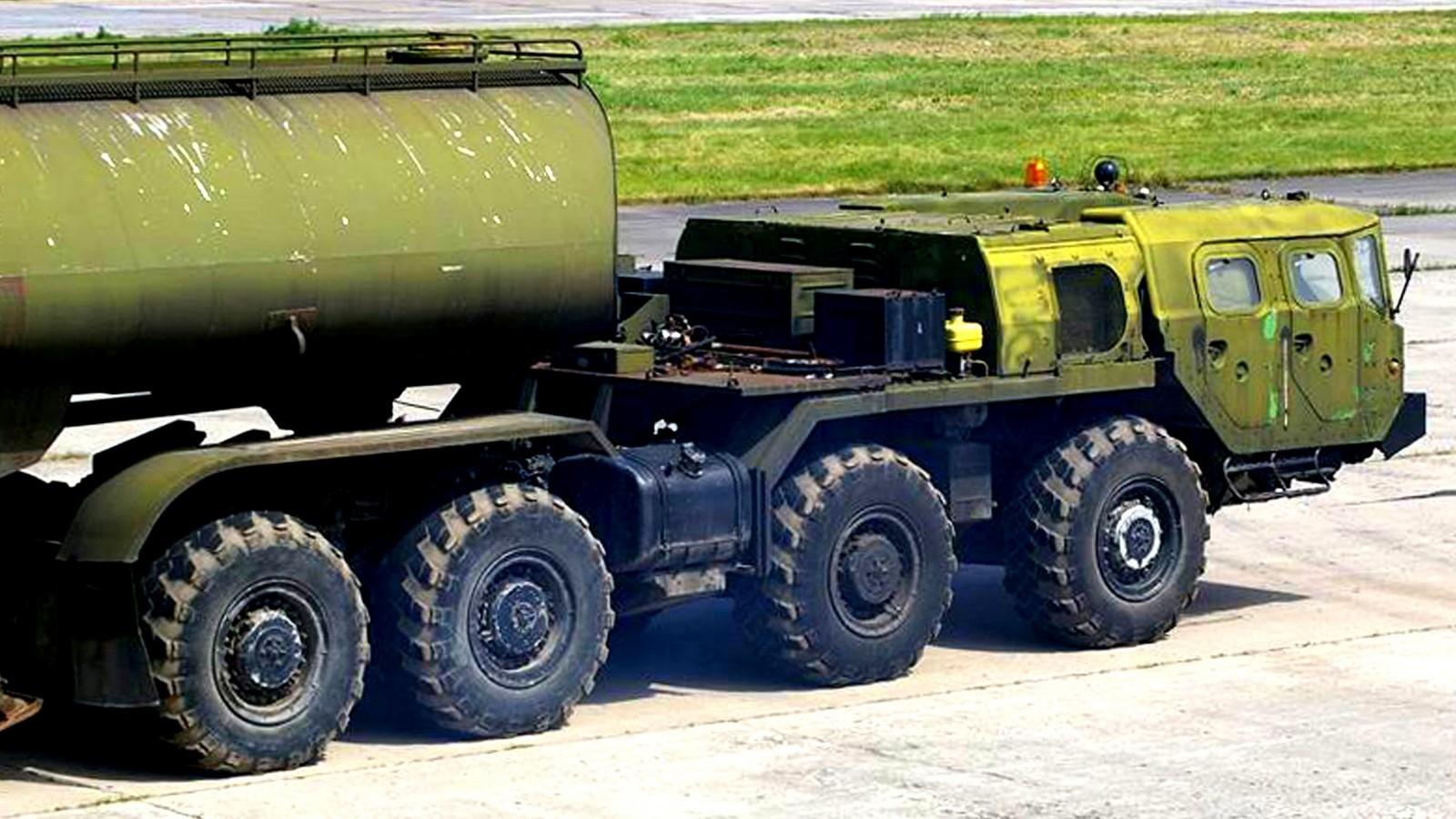 Усиленный седельный тягач МАЗ-74103 без лебедки и третьей кабины (фото М. Чега)