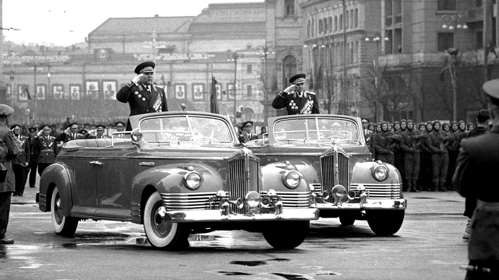 Маршалы Р. Я. Малиновский и К. С. Москаленко на автомобилях ЗИС-110Б. 7 ноября 1958 года (фото Эдуарда Лессинга)