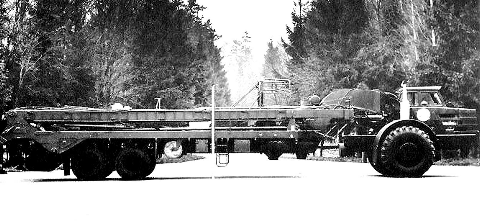 Полуприцепной агрегат 8У210 в транспортном положении с тягачом МоАЗ-546П