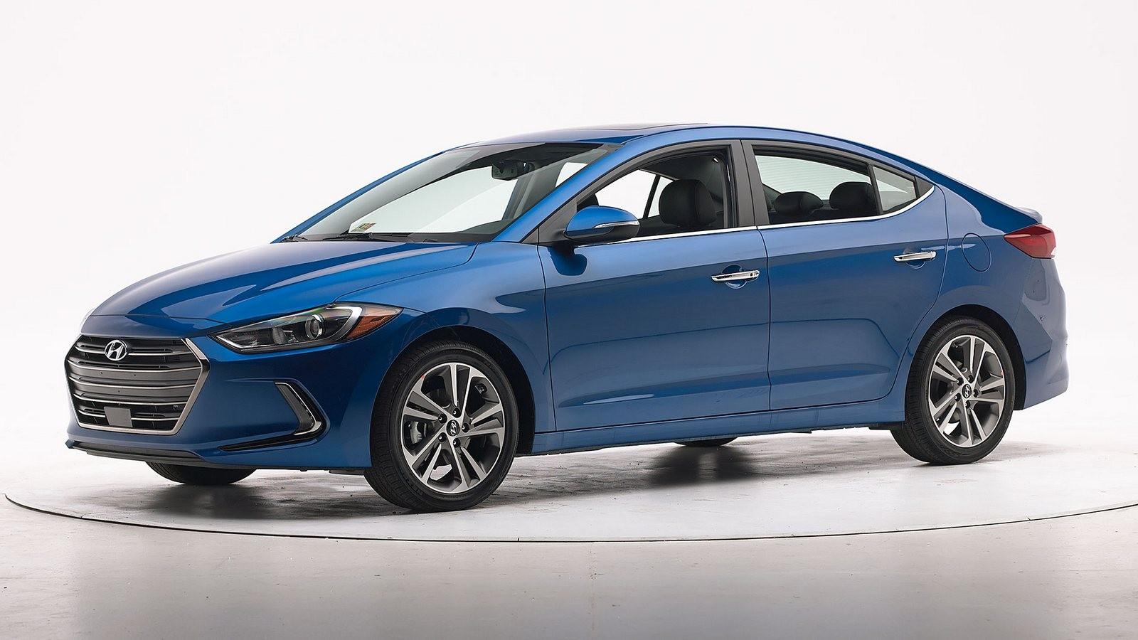 Hyundai Elantra синий вид три четверти