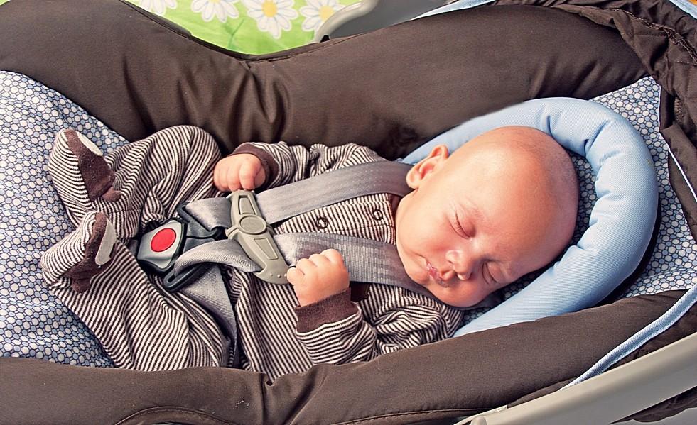 Как перевозить новорожденного в машине по правилам. Почему младенца нельзя перевозить на руках ПДД 2019.