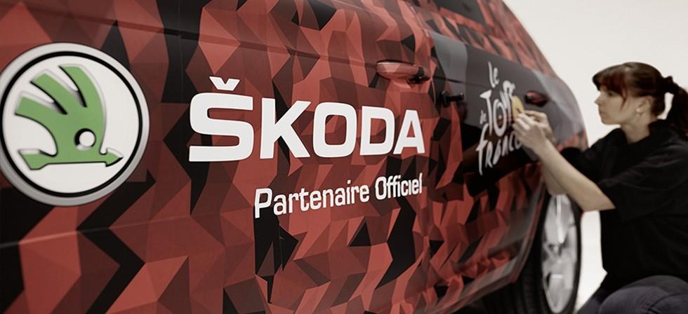 На фото: специалисты Skoda наносят камуфляж