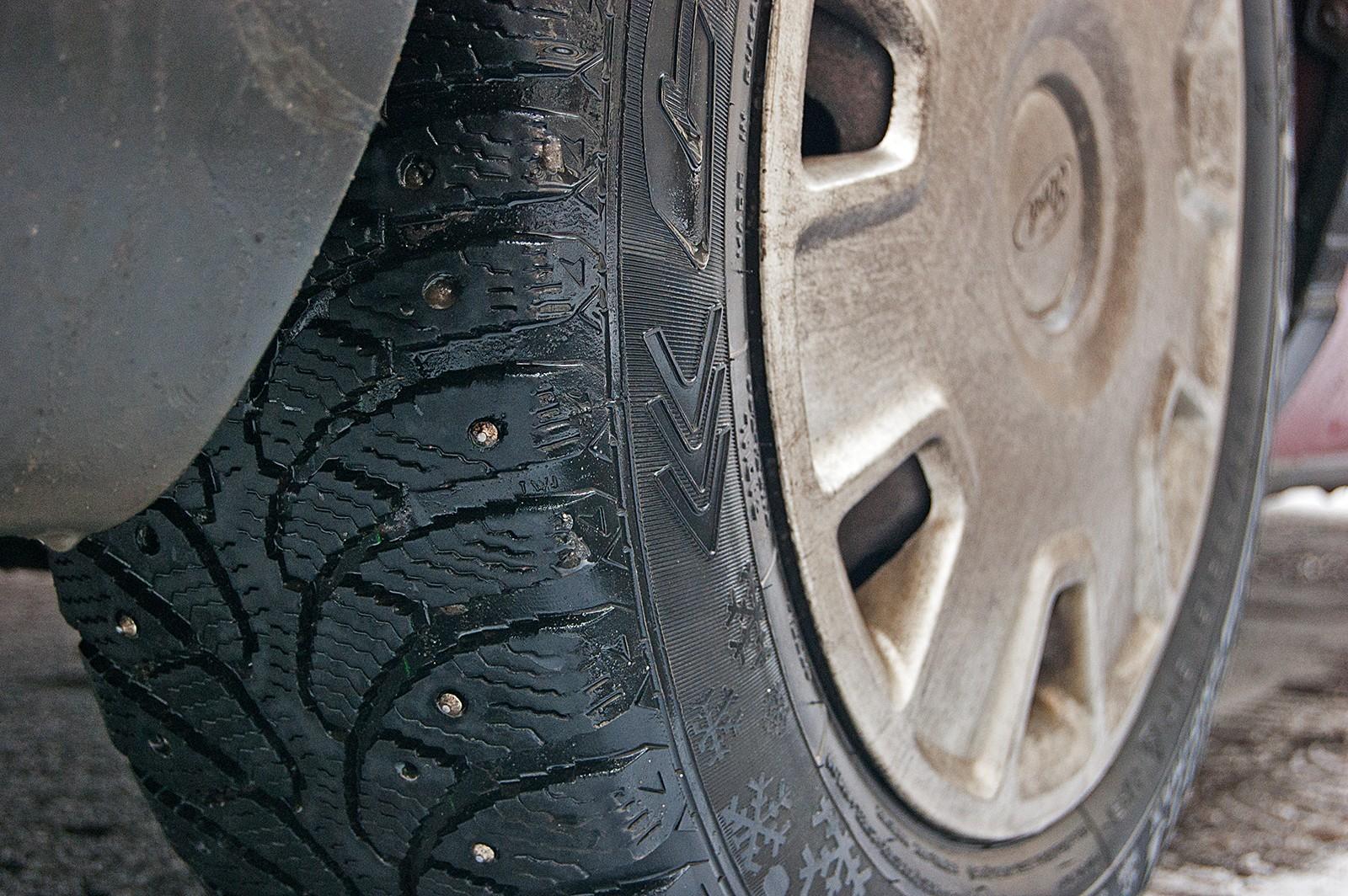 Дошиповка облысевших зимних шин: бессмысленно и опасно. Или нет?