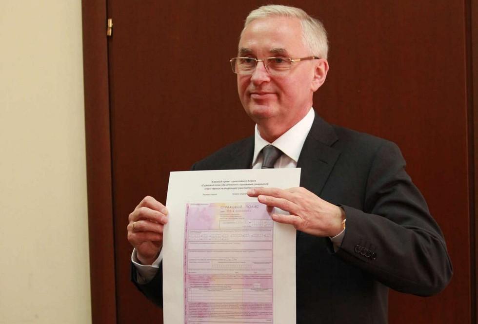 На фото: президент РСА Игорь Юргенс с образцом нового бланка