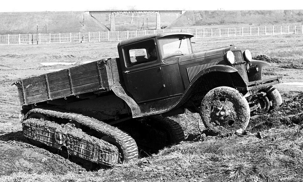 Полугусеничный автомобиль-тягач ГАЗ-60 на полигонных заездах. 1939 год