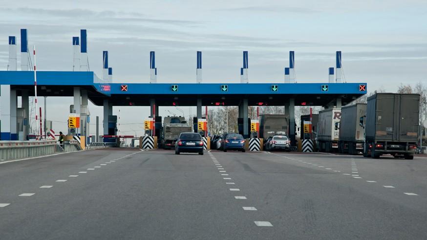 По платным трассам с ограничениями: на дорогах в РФ изменился скоростной режим