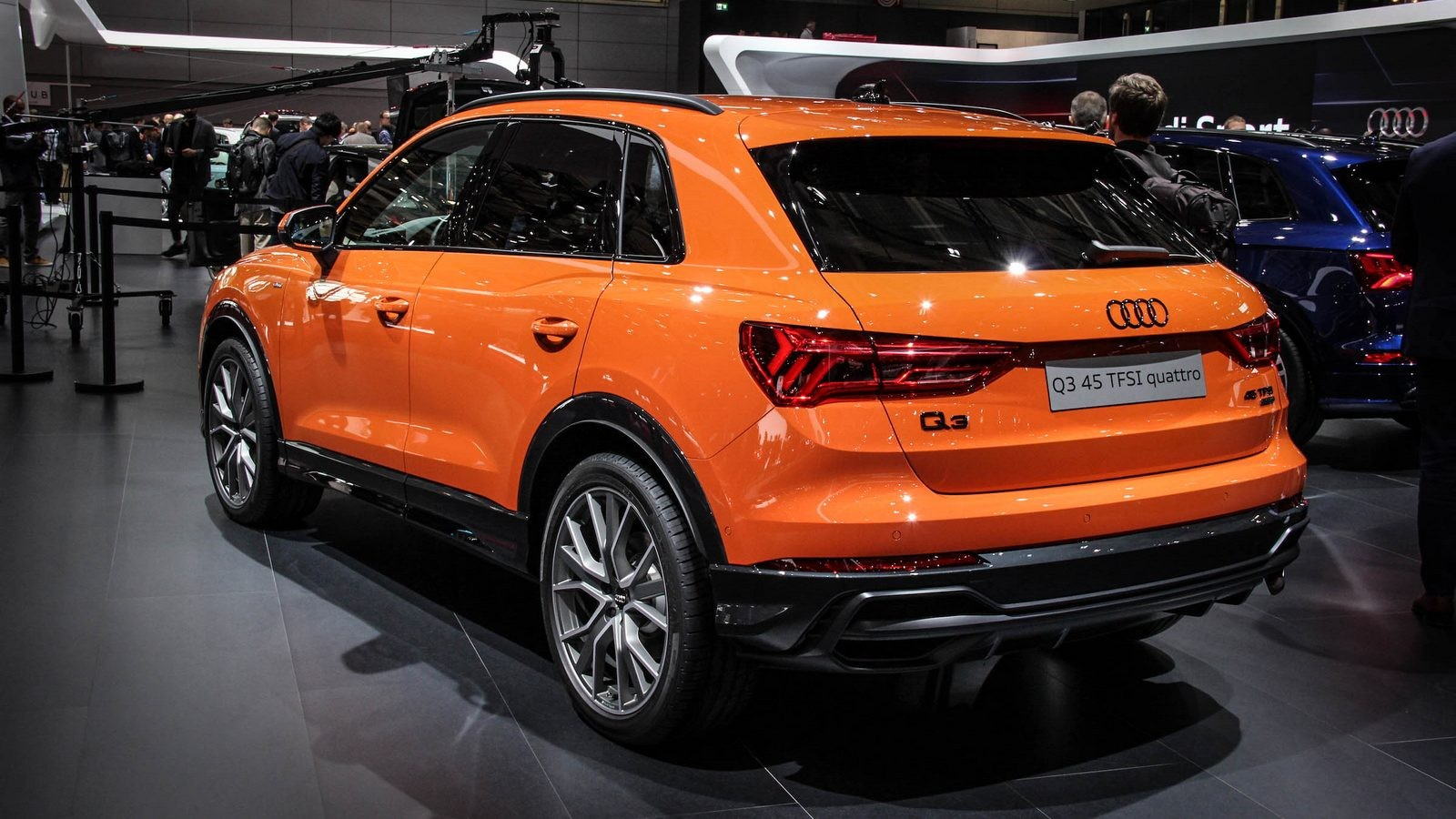 Audi Q3 оранжевая сзади (2)