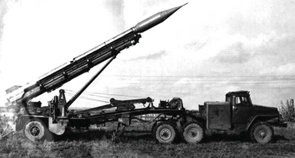 Первый активный автопоезд с тягачом Урал-375 и полуприцепом для ракетного комплекса «Луна» (из архива завода «Баррикады»)