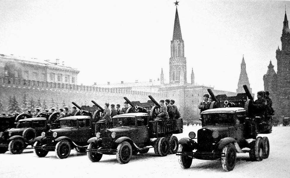 Машины ГАЗ-ААА с 76-мм пушками на военном параде в Москве 7 ноября 1941 года