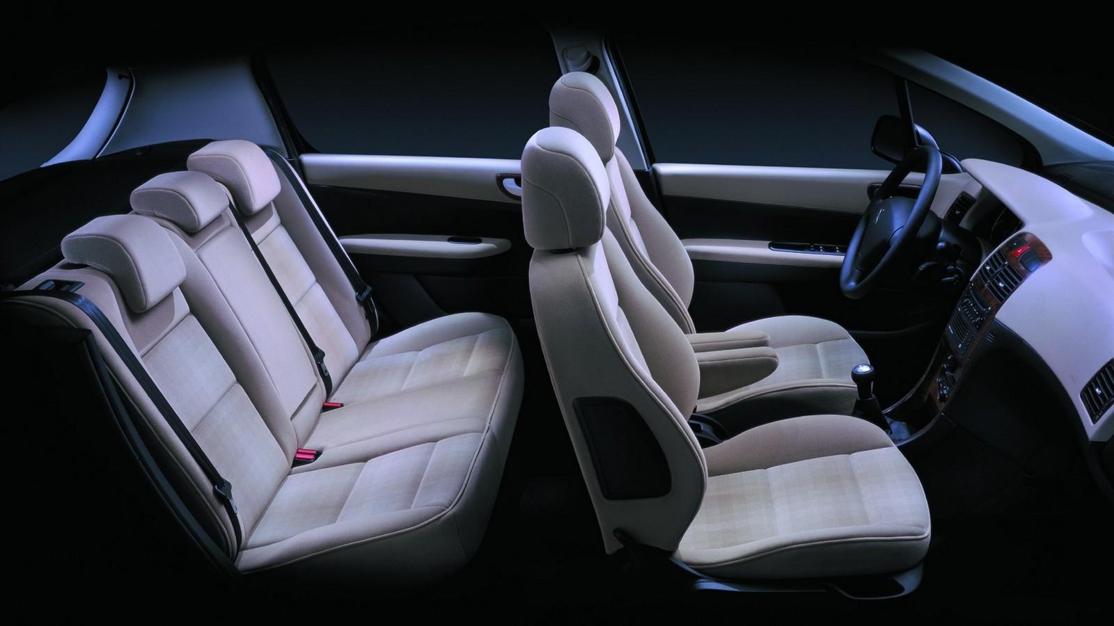 На фото: интерьер Peugeot 307 5-door '2001–05