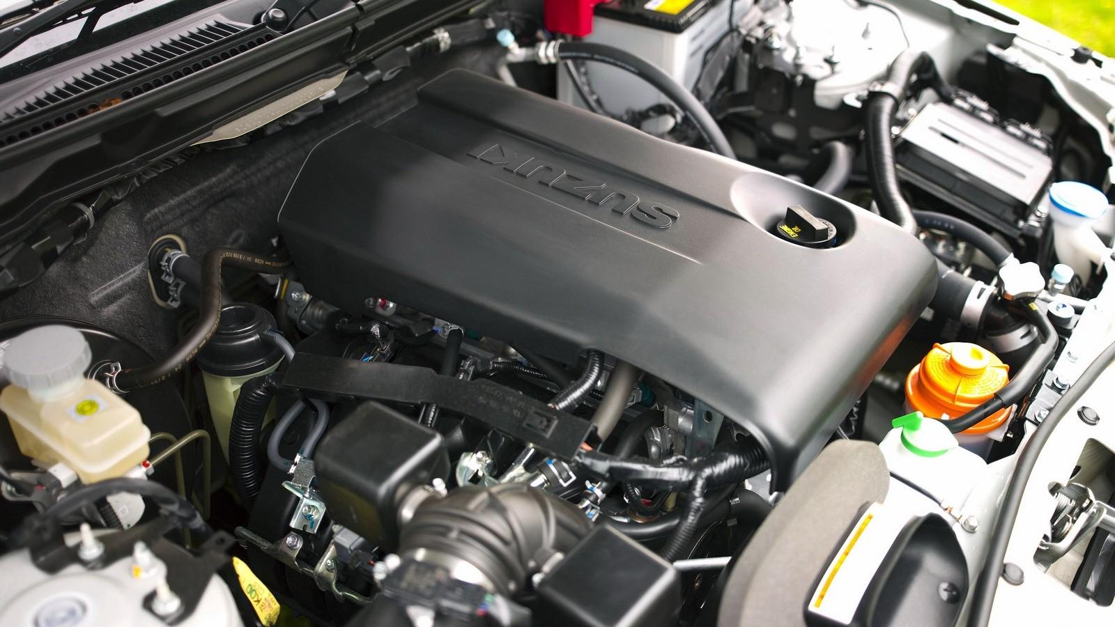 На фото: Под капотом Suzuki Grand Vitara 3-door
