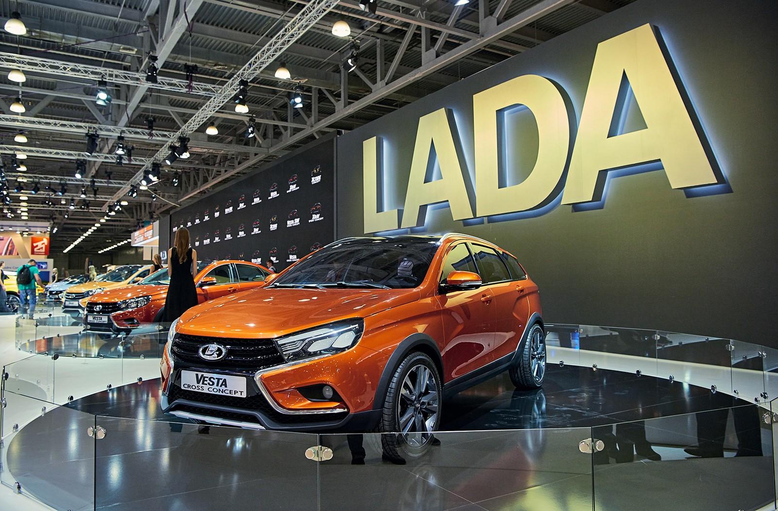 На фото: Lada Vesta SW Concept. Обратите внимание, если у седана оптика уже серийная, то у универсала она пока ещё действительно концептуальная. Напомним, его впервые показали в середине 2015 года на Moscow Off-Road Show