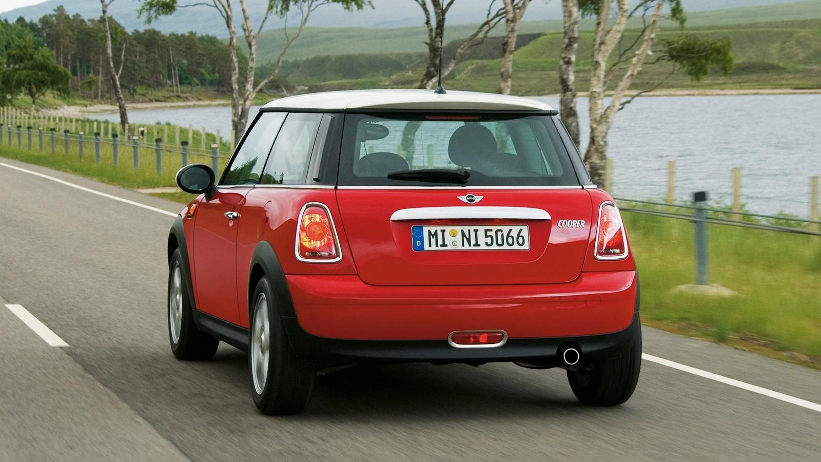 Mini Cooper (R56) '2006–10 красный сзади в движении