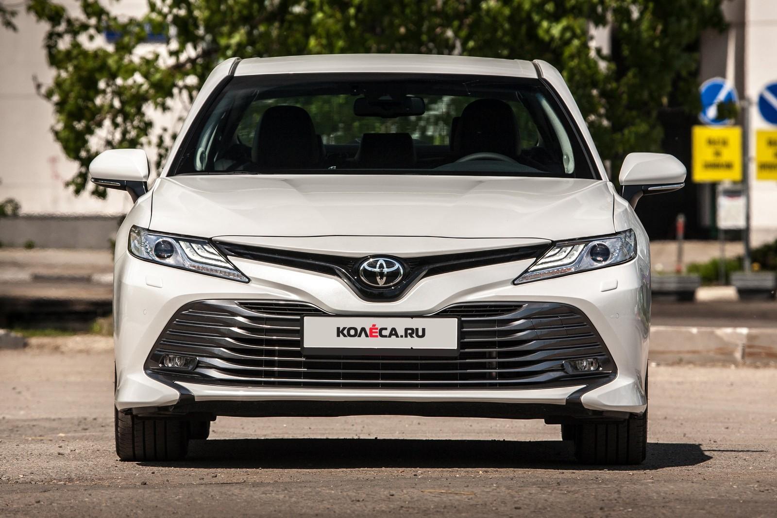 Toyota Camry белая вид спереди