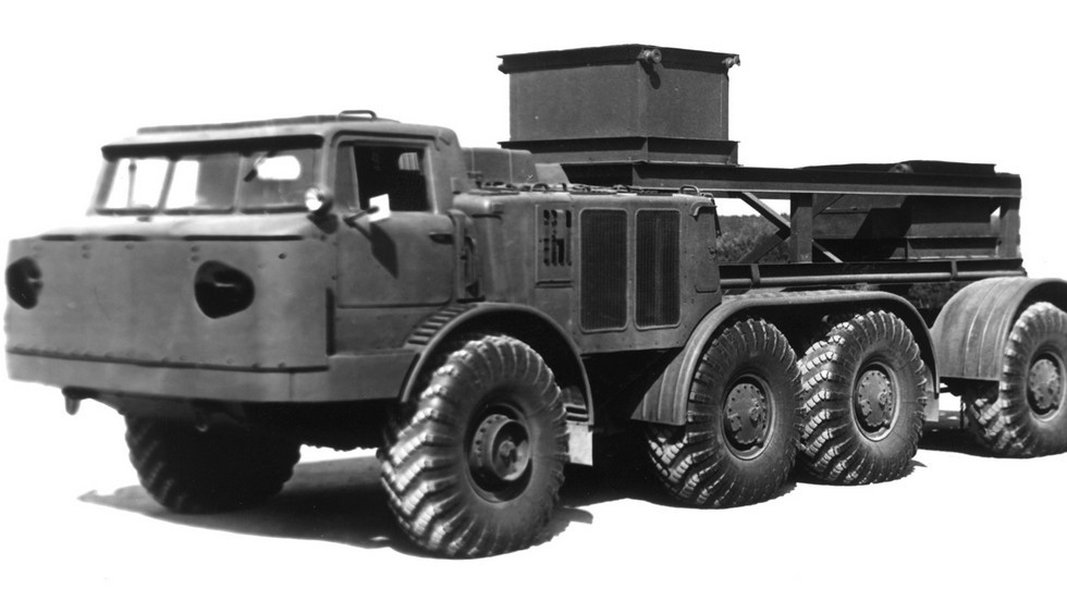 Шасси ЗИЛ-135ЛМ с передним защитным экраном (из архива 21 НИИЦ)