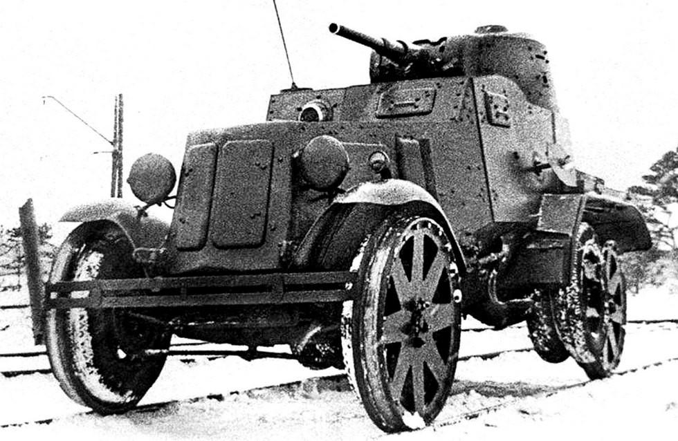Железнодорожная бронемашина БА-10 с подъемными колесами среднего моста