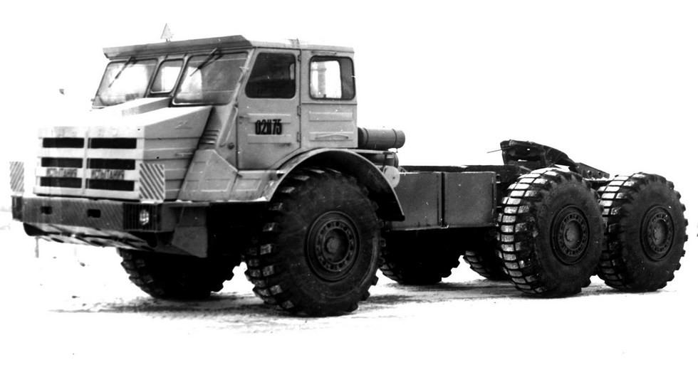 500-сильный седельный тягач МоАЗ-74111 с угловатой шестиместной кабиной (из архива МоАЗ)