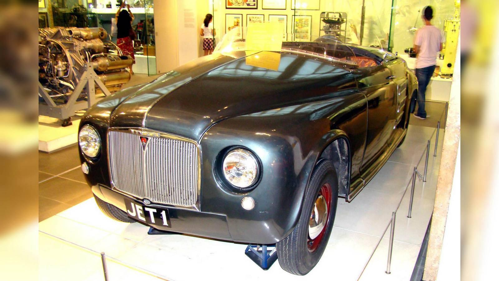В 1956 году фирма Rover вернулась к ГТД второго поколения с новой 100-сильной турбиной 2S/100 и теплообменником производства компании British Leyland. Ее смонтировали в задней части полноприводного автомобиля Т-3 с двухместным стеклопластиковым кузовом на сварной раме с алюминиевыми усилителями и дисковыми тормозами. Максимальная скорость достигала 170 км/ч, расход топлива сократился до 22 литров, но в то время компания уже не могла выделить крупных средств на продолжение этих работ.Испытания уникального полноприводного концепт-кара Rover T-3 с задней установкой ГТД. 1956 годГазотурбинный автомобиль-купе T-3 в экспозиции Heritage Motor Centre в ГайдонеНесмотря на огромные расходы, в 1961-м появилась переднеприводная легковушка Т-4 с 140-сильным агрегатом 2S/140 переднего расположения и четырехместным несущим кузовом для будущей серийной модели Rover-2000. Она стала самой быстроходной дорожной машиной с ГТД (около 200 км/ч) и с места до «сотни» разгонялась за восемь секунд.Листалка из 3 фото с разными подписямиПодготовка к испытаниям четырехдверного седана Rover T-4 с передним приводом. 1961 годПоследняя газотурбинная машина компании Rover с кузовом, созданным для серийной модели Rover-2000Газотурбинный автомобиль Rover Т-4 из коллекции музея Heritage Motor Centre GaydonДополнением к серии Т-4 был удлиненный приземистый спортивный вариант Rover-BRM с задним приводом и двухместным кузовом купе, созданный совместно с фирмой BRM. До середины 1970-х он служил престижным и дорогим дорожным автомобилем и участвовал в крупных международных автогонках.Престижный дорожный вариант спортивного автомобиля Rover-BRM с газовой турбиной. 1965 годГазотурбинный уникум FIATС 1948 года разработкой скоростной газотурбинной машины Turbina занимался итальянский концерн FIAT, приняв за основу своё «нормальное» спортивное купе модели 8V и конструкции авиационных турбовинтовых моторов. Ее шасси собрали в феврале 1954-го, а 10 апреля на свет появился эффектный обтекаемый красно-белый автомоби