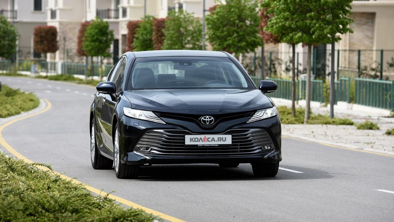 Toyota Camry в городе спереди