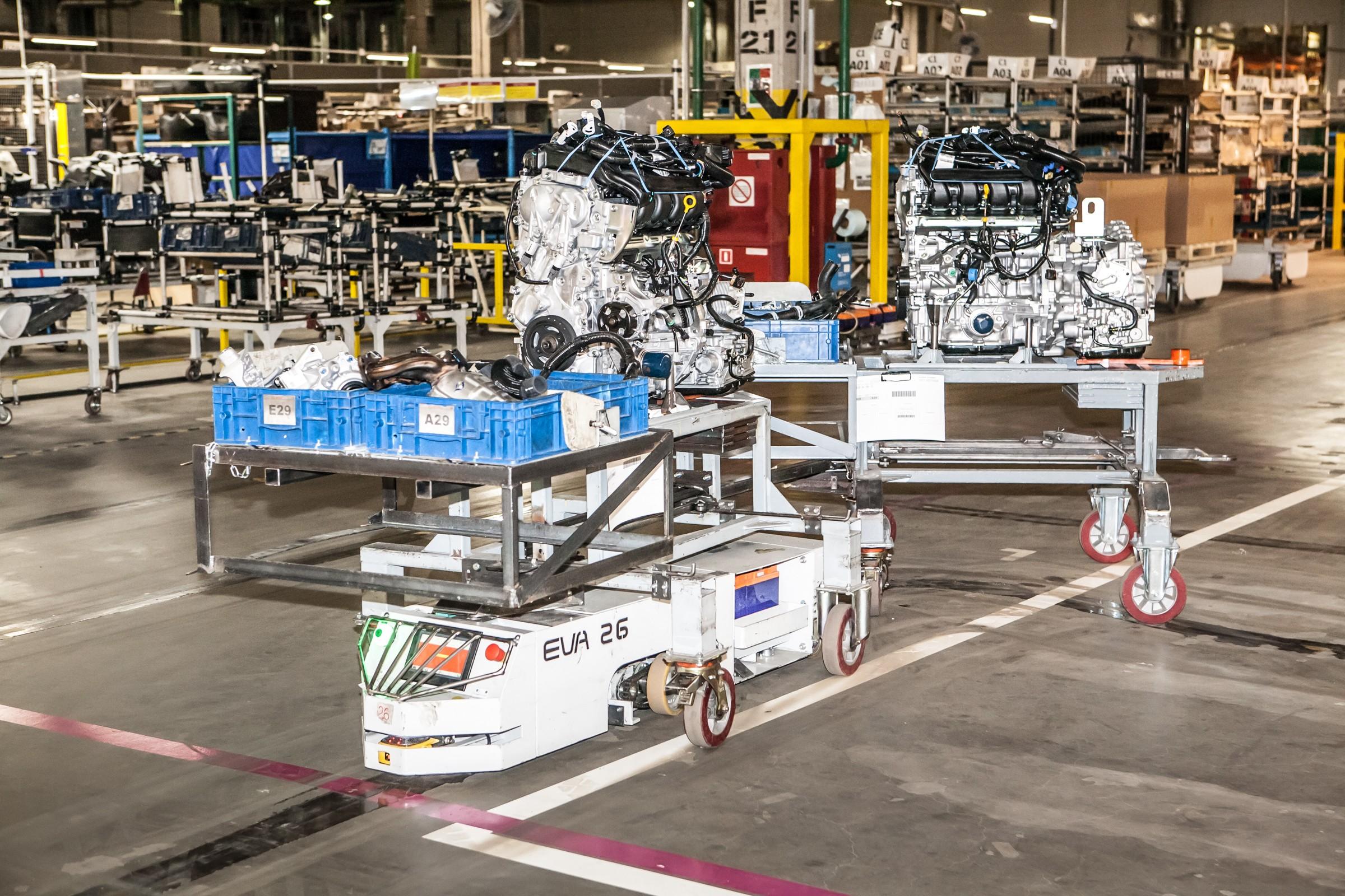 Вот такие вот роботы развозят по территории завода силовые агрегаты, инструмент и даже кузова