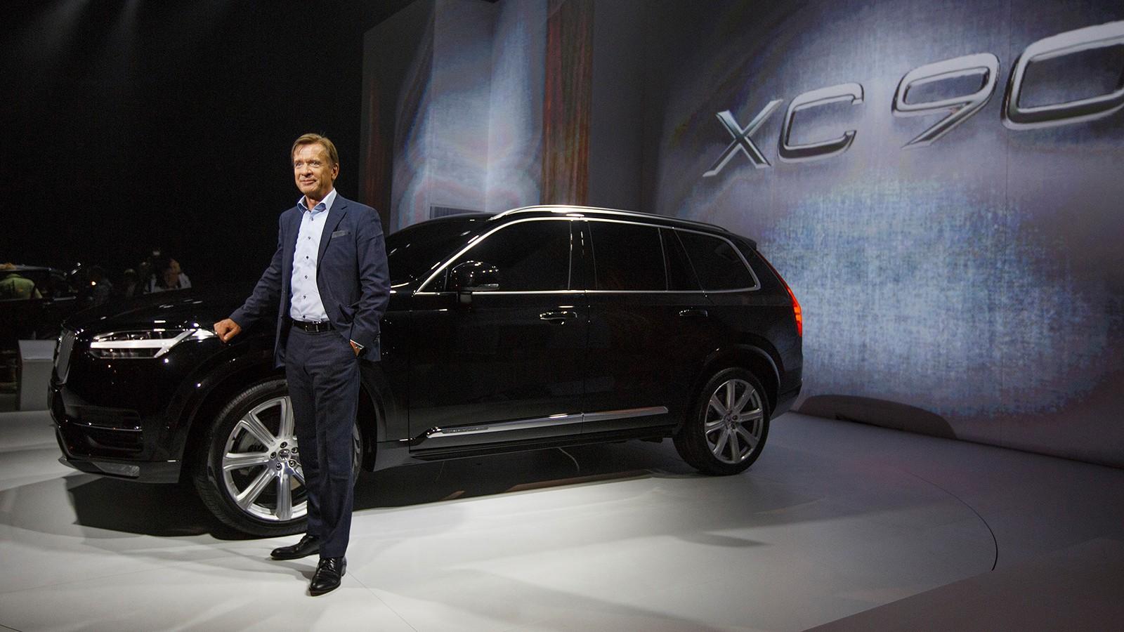 На фото: Хакан Самуэльсон и Volvo XC90