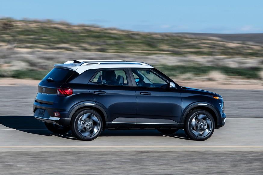Маленький бюджетный кроссовер Hyundai снова попался шпионам: теперь две версии разом